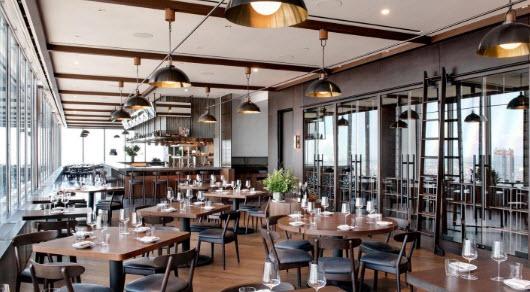Focus sur le restaurant avec vue Manhatta à New York